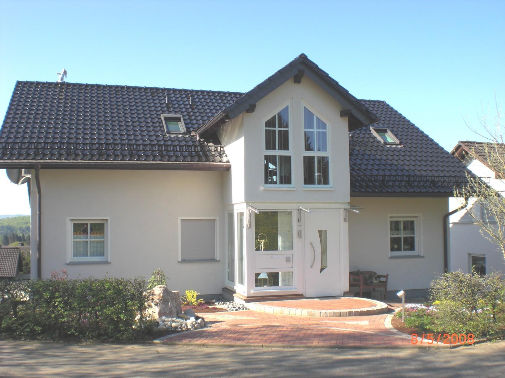 Wohnhaus wohnhaus mit zeltdach wohnhaus in mnchenstein for Wohnhaus modern
